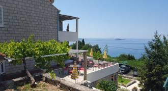 terras aan zijkant huis