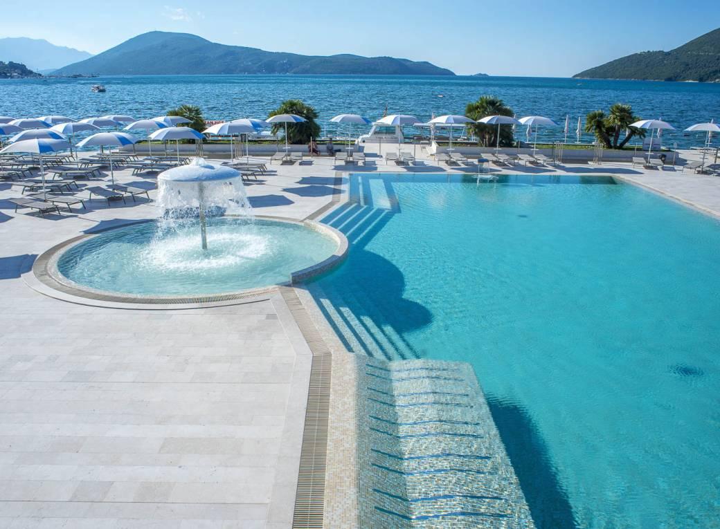 groot zwembad aan het strand