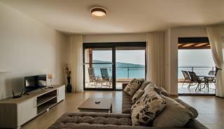 living met balkon zeezicht