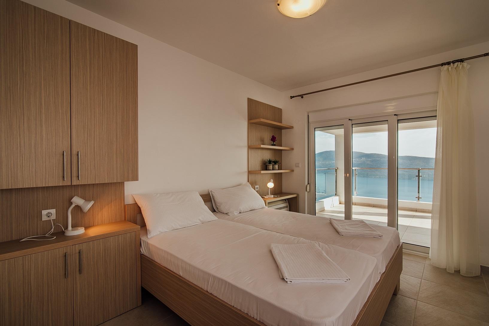 slaapkamer double en toegang terras