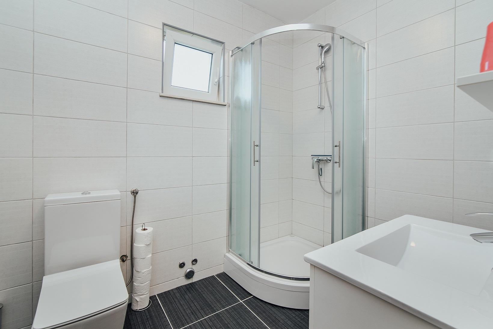 badkamer met douche, toilet, wastafel